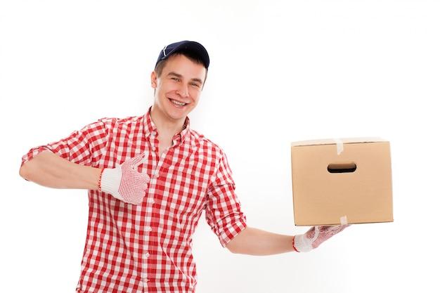 Красивый молодой курьер с коричневой коробкой