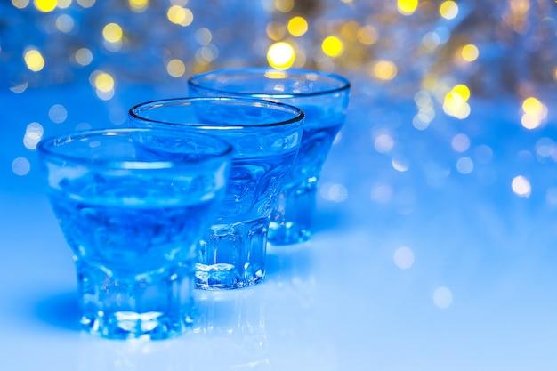 大人はナイトクラブに行き、アルコールを飲んで楽しんでいます