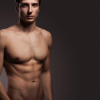 裸の胴体を持つハンサムな若い男