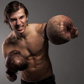 ボクシンググローブの積極的な男