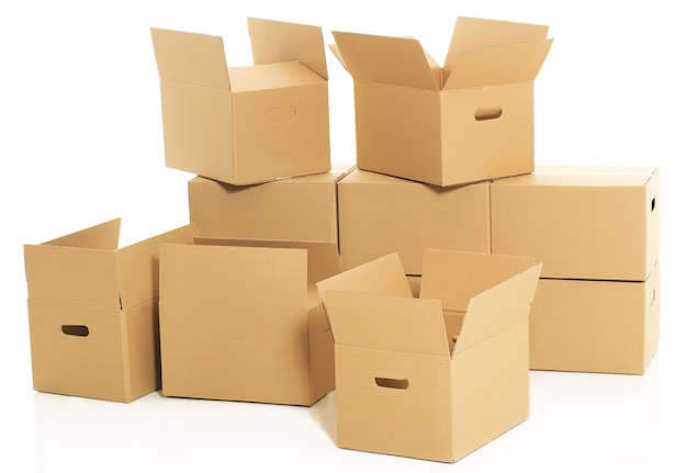 Пустые и закрытые коробки на белом