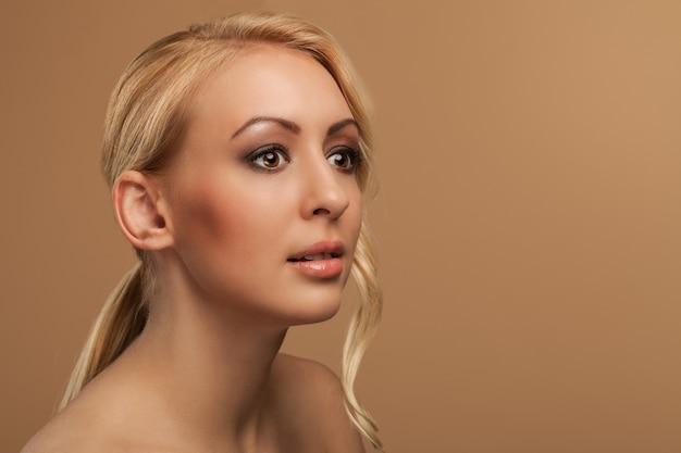 自然な若い女性の肖像画