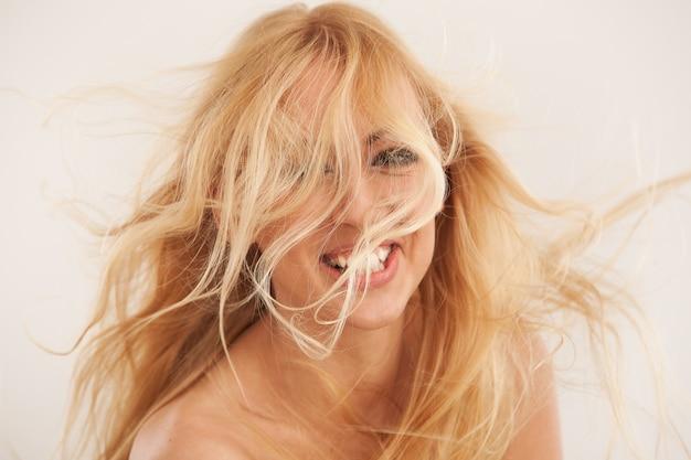 Красивая блондинка с развевающимися волосами