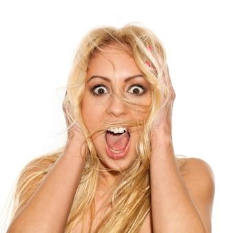 Красивая блондинка с развевающимися волосами удивилась