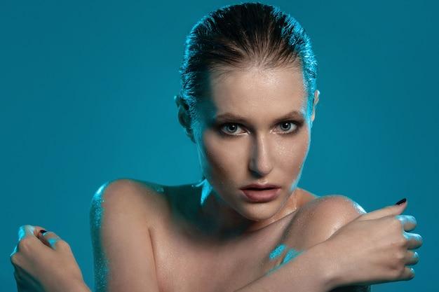 Красивая девушка с мокрой кожей