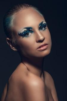 芸術的な化粧品で美しい白人女性