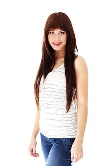 Женщина с длинными волосами позирует
