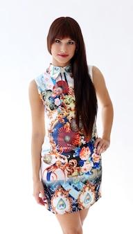 美しいドレスのポーズの女性