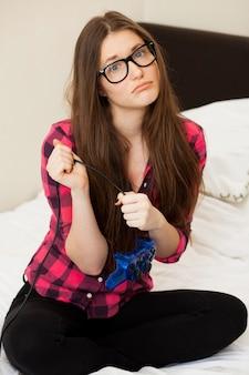 カジュアルなビデオゲームの若い女性
