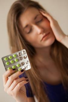 薬と悲しい白人女性