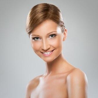 裸の肩を持つ美しい女性
