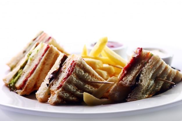 肉と緑のクラブサンドイッチ