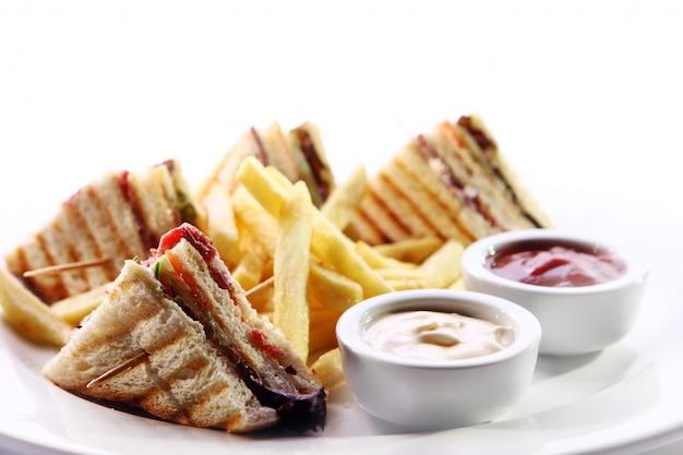 Клубный бутерброд с мясом и зеленью