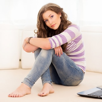 床に横たわって美しい少女
