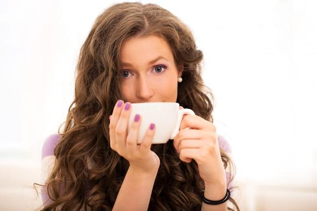 コーヒーを飲みながら美しい少女