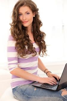 ノートパソコンで美しい少女