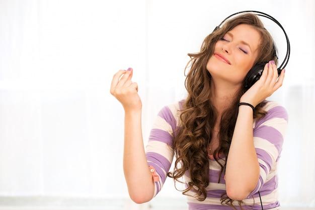 ヘッドフォンで美しい少女