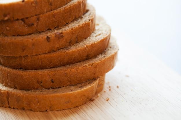 テーブルの上のパンの部分の塔
