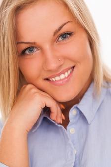 Молодая блондинка улыбается
