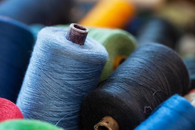 Крупным планом изображение различных цветовых нитей