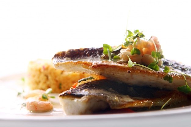 Жареная на гриле рыба подается с креветками