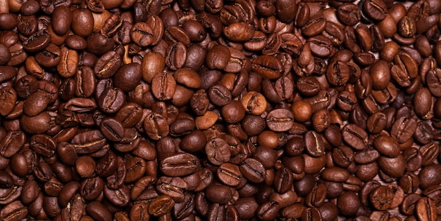 Крупным планом изображение жареных кофейных зерен
