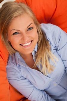 笑顔若いブロンドの女性