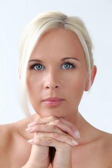 Милая блондинка с голубыми глазами