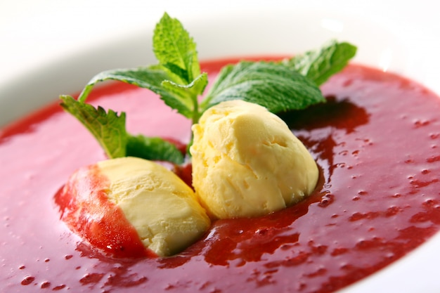 天然アイスクリームとミントのストロベリースープ