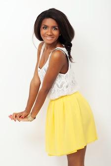 Красивая женщина в желтой юбке