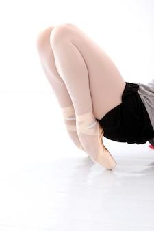 ストレッチ中の美しいバレリーナの足の写真