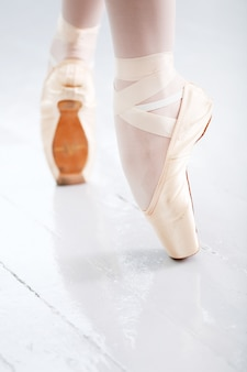 バレエダンス中の美しいバレリーナの足の写真