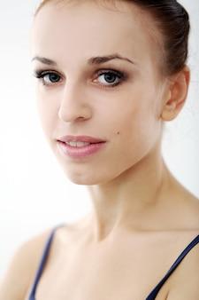 Фото красивой балерины на белом фоне