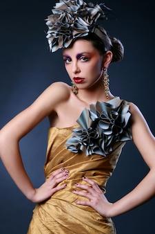スタイリッシュなドレスの美しい若い女性