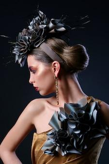 Красивая молодая женщина с творческим макияжем