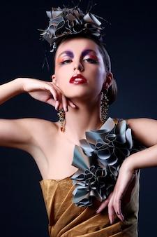Красивая молодая женщина в стильном наряде