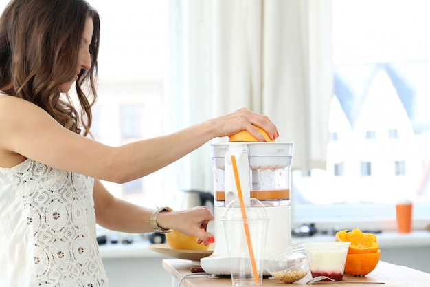 オレンジジュースを作る美しい少女