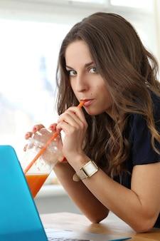 Кудрявая девушка с ноутбуком