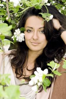 公園で美しく、魅力的な女性