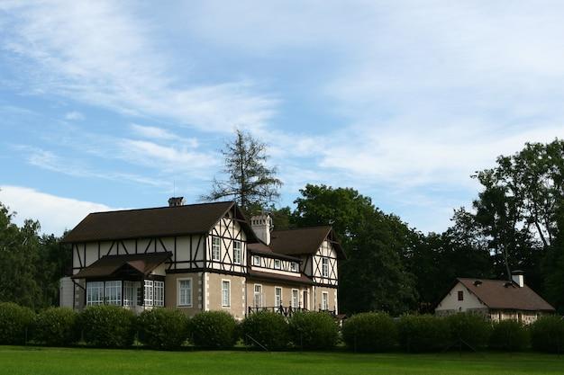 村の大きくて美しい家