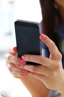 携帯電話を持つ美しい女性