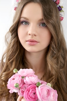 花を持つ美しい女性