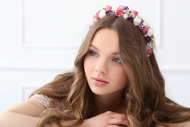 頭に花を持つ美しい女性
