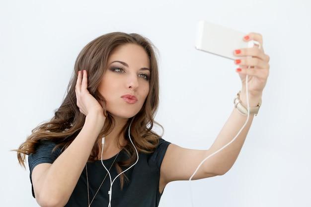 携帯電話で巻き毛の少女