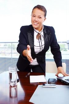 オフィスで幸せなビジネス女性