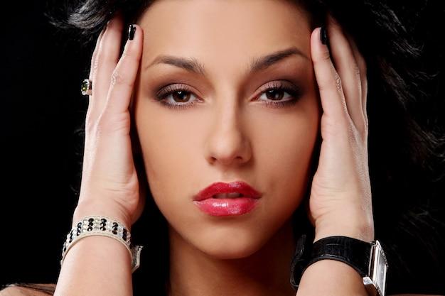 若い美しい黒髪セクシーな女性