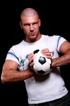 Молодой и привлекательный футболист