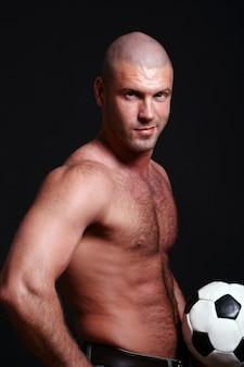 Молодой и мускулистый мужчина на черном
