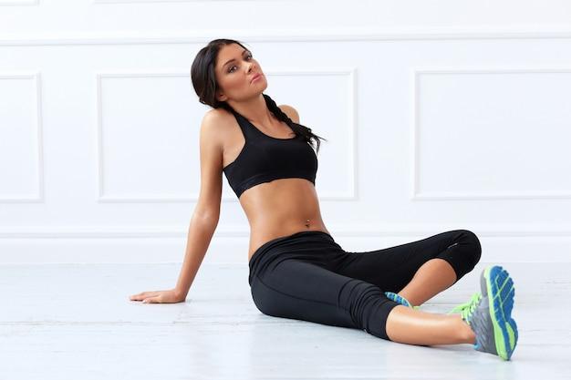 Спорт. красивая брюнетка делает упражнения