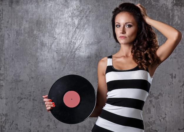 Красивая девушка с виниловым диском